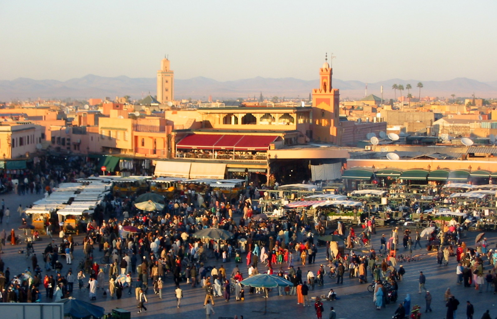 Djemaa_el_Fna,_evening